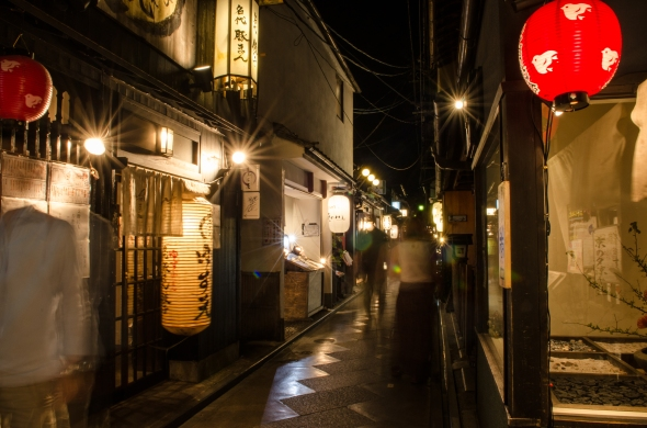 Walking along the small alleyway of Potoncho